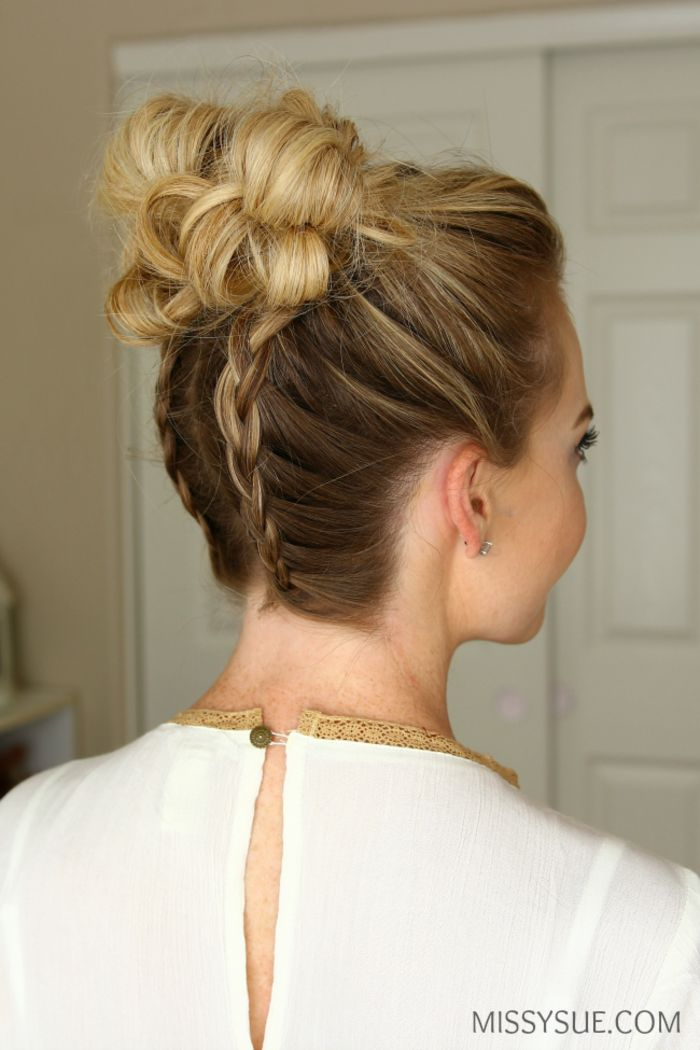 Dutt Frisur mit zwei kleinen Zöpfen, Hochsteckfrisur für lange Haare selbst gemacht, passend für besondere Anlässe