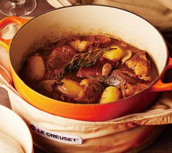 <牛肉のビール煮> 煮込み料理もパーティーにぴったりの一品です。 塊の牛肉をビールでコトコト煮込んだもの。 付け合わせのじゃがいもも一緒に煮込んで。 難しく考えなくても、お鍋が美味しくしてくれちゃいます!