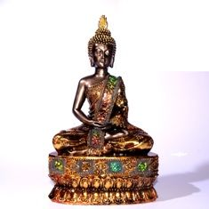 Thaisse Boeddha mediterend. De Boeddha is gemaakt van hars en is afgewerkt met goudverf in een donkere brons effect. Het crackele gespiegelde glas op de Boeddha is iriserend, dus je ziet een spectrum van kleuren, afhankelijk vanuit welke hoek je kijkt.
