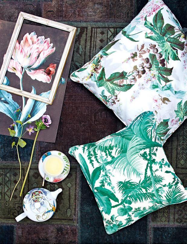 Florale Muster auf Kissen und Geschirr