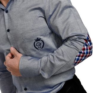 E o cămașă ajustată pe corp, ideală pentru un look îndrăzneț si fashion forward. Este extrem de versatilă, putând fi purtată la absolut orice și în absolut în orice combinație, atât ziua, cât și seara, de la blugi până la smokingul ceremonial.