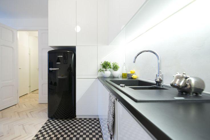 Biało czarna kuchnia, szachownica na posadzce, białe meble, czarne blaty. Zobacz więcej na: https://www.homify.pl/katalogi-inspiracji/28511/kuchnia-w-czerni-i-bieli-6-przykladow