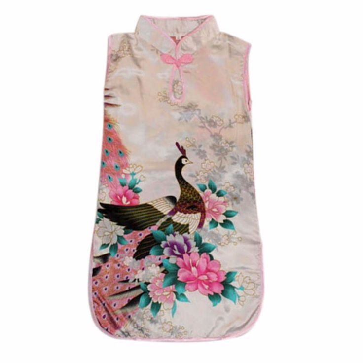 Witte Chinese jurk met 1 knoopsluiting op de hals. Smal model met rittsluiting onder de oksel in het zijpand. 100% polyester zonder stretch.  Model: Mulan