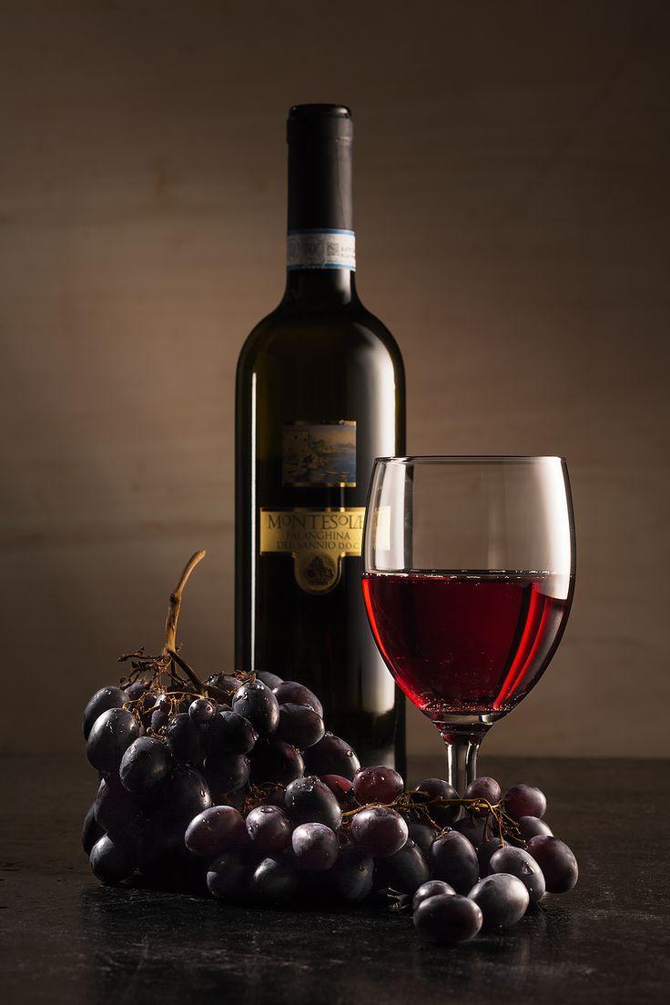    WINE    la composizione è una delle cose più importanti nello still life, la bottiglia di vino, il calice e l'uva..  #stilllife #garageadv #vino #uva #rosso #red #wine