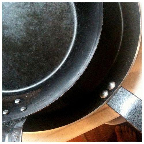 【nanapi】 著者は毎日の調理に鉄製のフライパンを利用しています。お手入れには少しだけコツがいりますが、慣れてしまえば簡単です。そのコツとお手入れ方法をまとめました。鉄製フライパンのお手入れのコツ1.洗った後に水分をすぐ取り除くアルミ製のフライパンやテフロン加工のフライパンと違って、鉄製...