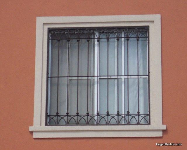 Fotografía de reja de ventana colonial contemporánea con un diseño de líneas limpias bien elaborado con barrotes verticales delgados