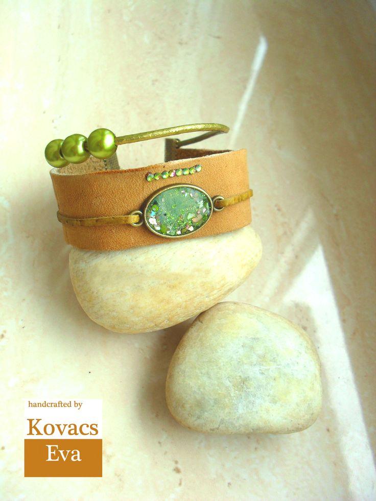 Bőr karkötő zöld medállal kövekkel és gyöngyökkel. Leather bracelet with green pendant,stones and beads.