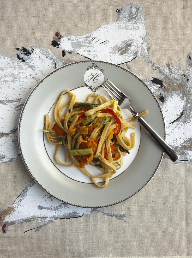 Queste tagliatelle sono deliziose - quando prepari la verdura ti consiglio di raddoppiare la dose e tenere quello che avanza come contorno per il giorno dopo. A me piace servirle dentro un'omelette, o con del pesce bollito.