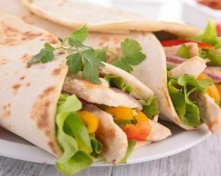 Wrap épicé au poulet, tomate, poivron et curry : http://www.fourchette-et-bikini.fr/recettes/recettes-minceur/wrap-epice-au-poulet-tomate-poivron-et-curry.html