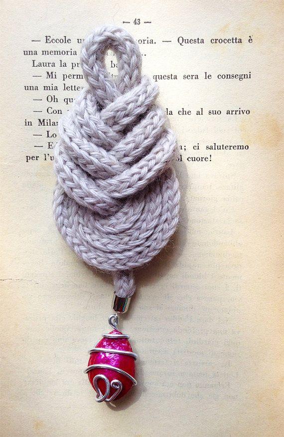 Nodo pipa grigio con ciondolo rosa acceso. Grey pipa knot with deep pink pendant.