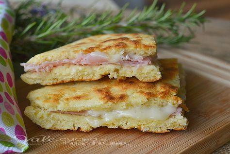 Focaccia di pancake con prosciutto e formaggio velocissima farcita con prosciutto e formaggio una vera delizia, si fa con poco ed i bimbi ringrazieranno