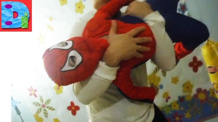 Человек паук Дима в костюме человека паука дурачмся дома