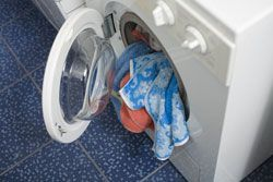 Genauso, wie Sie Ihre Mikrowelle von Zeit zu Zeit reinigen, sollten Sie auch ab und an mal Ihre Waschmaschine reinigen. Wie das geht, lesen Sie hier.Ihre Wäsche riecht unangenehm? Sie wundern sich, weil Ihre frisch gewaschene Wäsche total komisch riecht und immer noch verschmutzt ist, obwohl diese gerade frisch aus der Waschmaschine kommt? Wir Menschen waschen bekanntlich oft unsere Wäsch ...