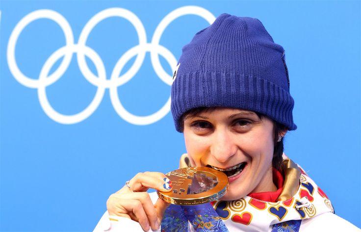 TAKHLE CHUTNÁ ZLATO. Rychlobruslařka Martina Sáblíková se zlatou medailí z her v Soči.