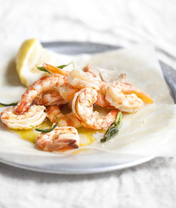 I gamberi si accompagnano molto bene con diverse verdure - puoi servire questo piatto in primavera con asparagi bolliti, in inverno con un puré di sedano rapa, o della polenta morbida, ma anche semplicemente del riso Basmati integrale.