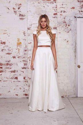 Para uma noiva mais clássica, este vestido de noiva cropped da Karen Willis Holmes é uma ótima pedida. Com caimento natural e tecido liso, é um modelito simples e elegante, ótimo para um casamento civil.