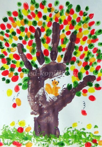 Desenho palmas das mãos e dedos em um jardim de infância para os filhos de média - grupo sênior