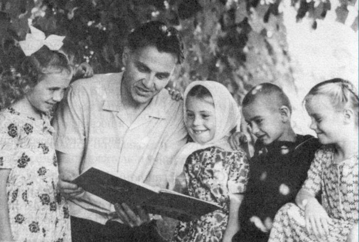 Выдающийся советский педагог, писатель, человек, внесший огромный вклад в развитие педагогики, чьи высказывания и строки из книгстали крылатыми выражениями— Василий Александрович Сухомлинский. Он создал такую систему образования, в основе которой находится личность ребенка. Он считал, что именно о