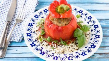 Gevulde paprika's met gekruid gehakt, tomatensaus en wilde rijst