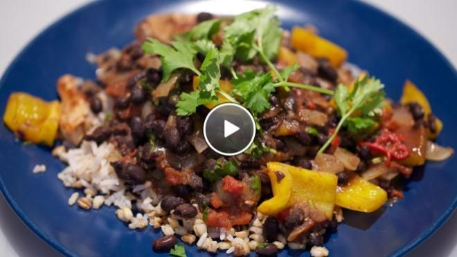 15 minuten Simpele chili con carne - recept | 24Kitchen  Ingrediënten  Simpele chili con carne  300 g meergranenrijst 2  uien 1 teentje knoflook 1  rode peper zonnebloemolie 2  gele paprika's 800 g zwarte bonen 400 g tomatenblokjes 400 g varkensfiletlapjes 0.5 bosje koriander 1  limoen