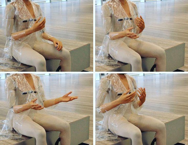 Diamo un po' i numeri. Quattro.  #tothesonofmanwhoatethescroll #fondazioneprada #Milano #arte #artecontemporanea #art #contemporaryart #RI-2 #goshkamacuga #discorso #mani #gesti #speech #hands #acting by thegianaz