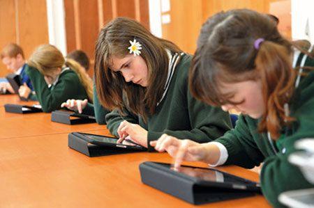 De Nederlandse iPad scholen lijken tot nu toe een succes te zijn, waardoor het niet vreemd is dat ook het buitenland nu aan de deur klopt. In Nederland zal er een uitbreiding van het project plaatsvinden, maar initiatiefnemer Maurice de Hond is vooral blij dat het concept ook over de grens aan begint te slaan. Hij laat weten dat zowel…