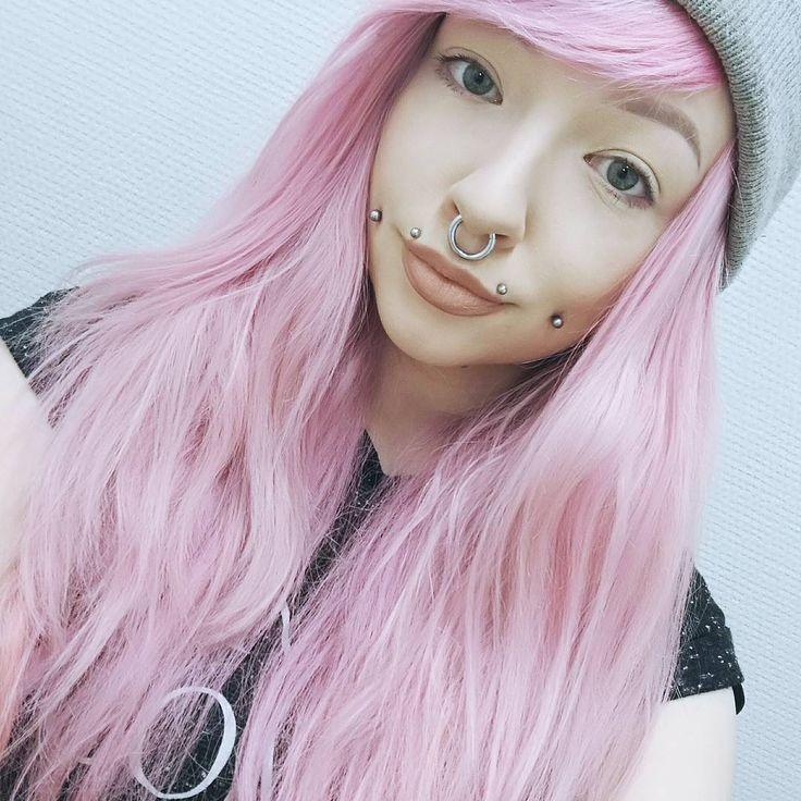 Светло-розовые волосы великолепно сочетаются с одеждой бежевого, кремового или светло-серого оттенка
