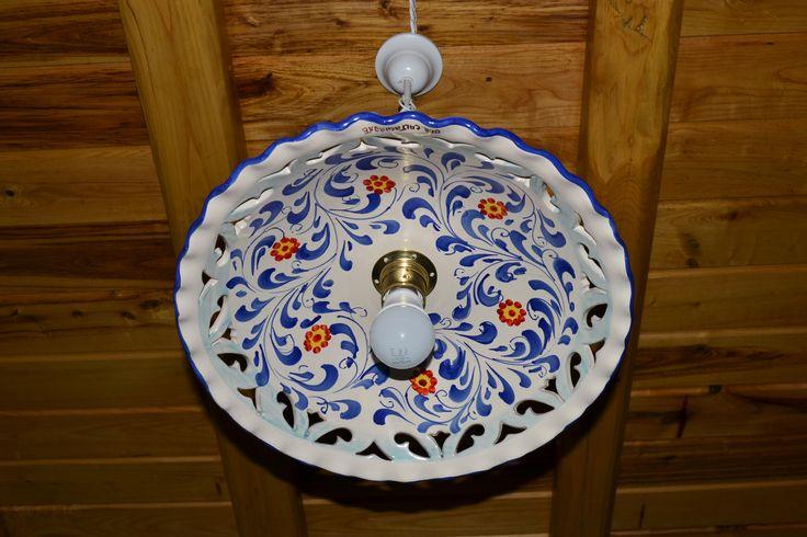 Particolare lampadario in ceramica dipinto a mano, in camera con due letti - Casa dei Torchi