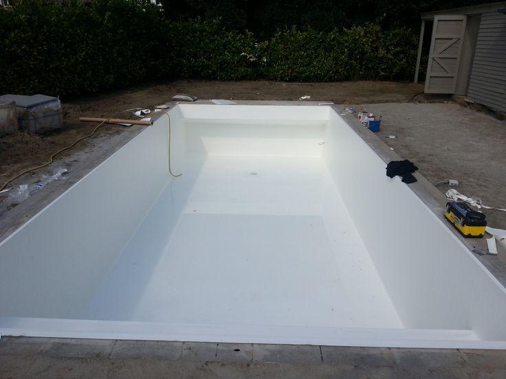 Zwembad met Alkorplan 2000 wit, met trap volledige breedte en rolbaknis verborgen.