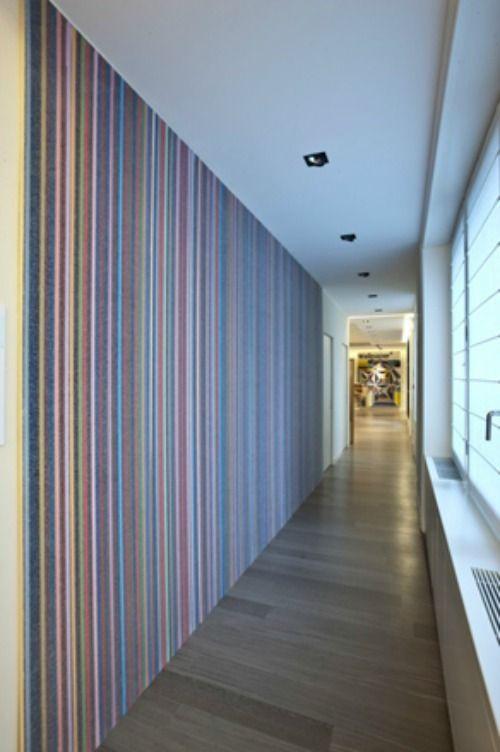 pasillo revestido con papel a rayas