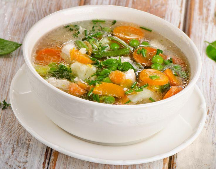 Los caldos son la base de muchas preparaciones culinarias como sopas, cremas, arroces y varias salsas. Saborea este caldo de verduras, te encantará.