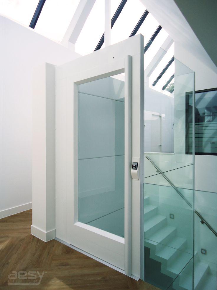 Moderne lift met een glas op glas schacht.