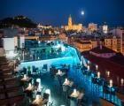 Málaga Centro  rustig gelegen op slechts 5minuten wandelen van het centrale plein de Plaza de la Constitución en de belangrijkste winkelstraat de Calle Marques de Larios. Het iconisch Picasso Museum en de Plaza de la Merced liggen op 800m. Heerlijk zonnebaden doet u op het zandstrand La Malagueta op 20minuten. Na 3km bereikt u de top van de Gibralfarohelling waar u het meest indrukwekkende uitzicht hebt over de stad de zee en omliggende bergen. De rooftopbar met zwembad en de rustige ligging…