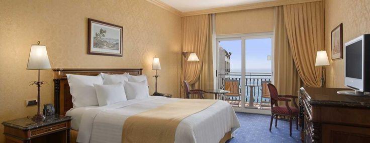 Distenditi in questa spaziosa camera Hilton Plus, decorata in classico stile italiano con colori caldi e dotata di un letto king size e di un'ampia porta scorrevole in vetro.