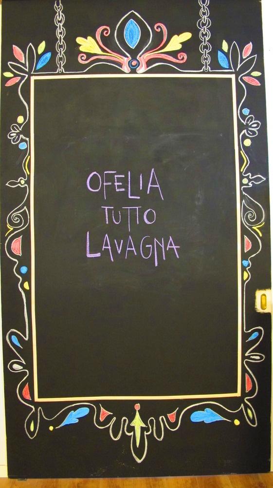 ecco cosa ho fatto con la vernice lavagna...una porta scorrevole in legno si è trasformata in una parete in cui scrivere con i gessetti!!