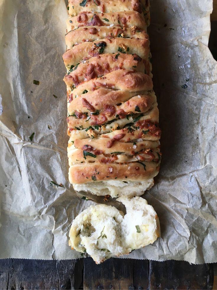 Just nu är jag i en period när jag testar bröd i olika former och smaker. Försöker hitta det perfekta brödet till lammsteken till Påsken. Vad kan passa bättre än vitlöks- och persilje bröd med massor…