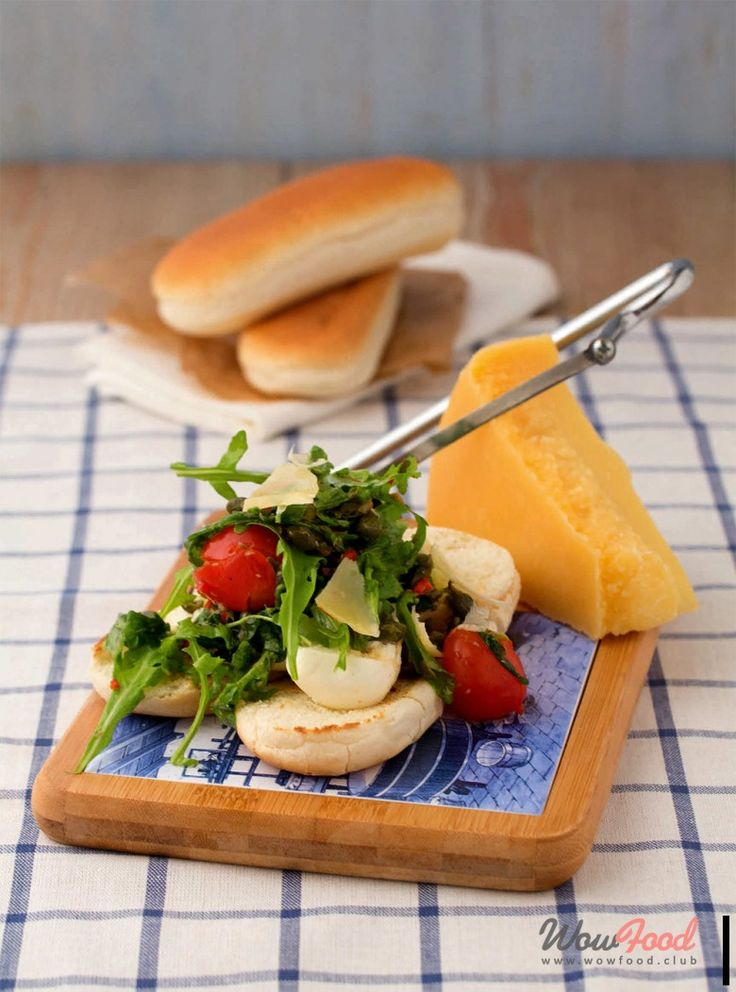 Тост с двумя видами сыра и томатным салатом