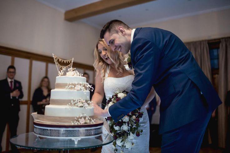 Cutting the Cake #bijourealwedding #weddingcake #luxurywedding #cakegoals #silchesterhouse
