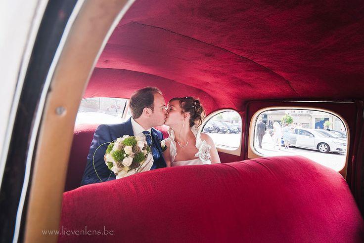Een kus achteraan in een oldtimer is nu niet echt origineel qua trouwfoto maar het blijft een mooie klassieke foto