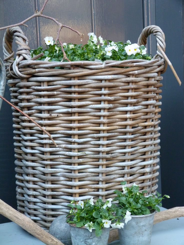 voorjaar.#Flower basket #basket #wicker basket