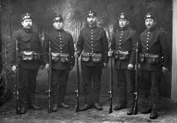 Nøytralitetsvakt Bergen 1915 Fra v. Johan Luke, Andreas Holm, Harald Ellingsrud, Olai Berg, Petter Brøter. Alle fra Skedsmo Studiofoto med våpen og uniform.