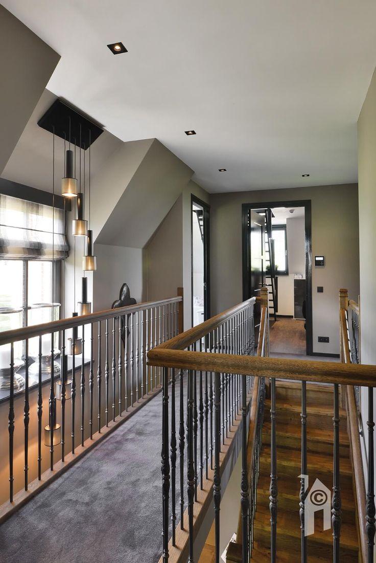 klassiek landelijk. mooie trap. Bij de inrichting (MCM Styling) zijn milde, rustige tinten gebruikt, soms in combinatie met warmhouten accenten. Ingebouwde screens en triple glas en ranke ramen, deuren en kozijnen van Hebo.