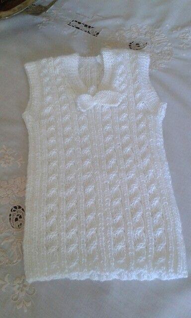 Chaleco o camiseta sin mangas para bebé. Tejida en lana por C. Pazos.