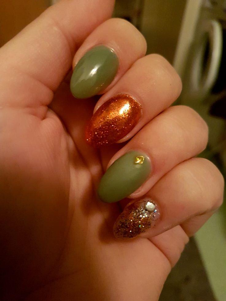 Green nails, matte and shiiiny topcoat. Orange Gold glitter.