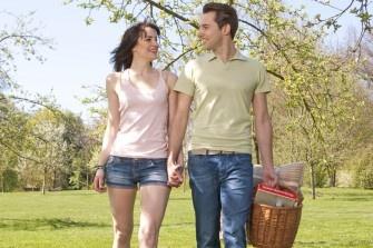 Die ersten Sonnenstrahlen lassen sich am schönsten bei einem ausgiebigen Picknick mit Freunden im Grünen genießen. Dafür verlosen wir vier hochwertige Picknick-Sets, bestehend aus einem Picknickkorb, einem Kugelgrill und leckeren Getränken.
