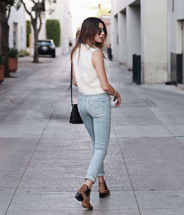 Look com calça jeans skinny + ankle boot de oncinha.