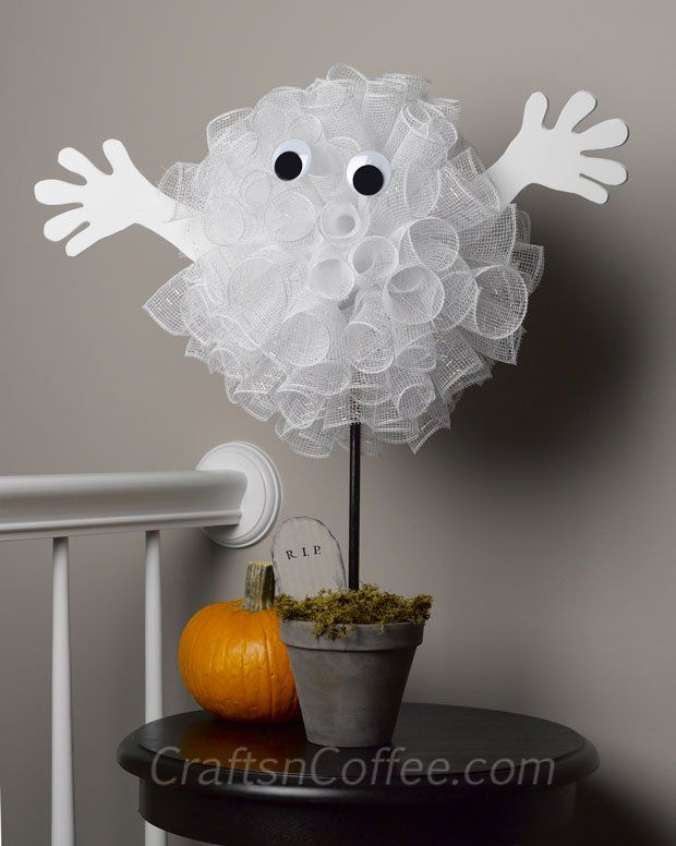 Adorable Halloween Ghost made with Deco Mesh. This one is fun & easy! Plus this same idea could be modified for football and baseball banquet centerpieces, parties, etc.
