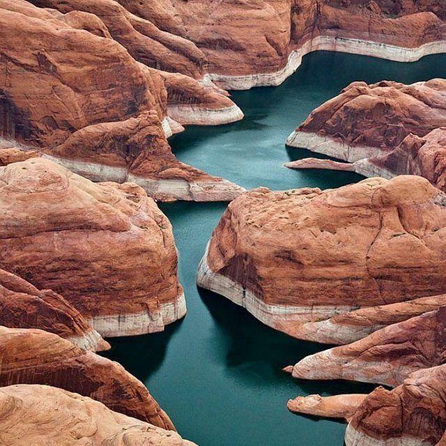 """""""Водохранилище Пауэлл (англ. Lake Powell — озеро Пауэлл) — искусственный бассейн на реке Колорадо, расположенный на территории американских штатов Юта и Аризона. Второе по величине водохранилище в Соединённых Штатах после водохранилища Мид, содержит 30 кмі воды при полноводье.  Водохранилище Пауэлл было создано в 1956 году по решению Конгресса США. В долине реки Колорадо, в каньоне Глен, начали строить плотину Глен-Каньон высотой 178 м. Образовавшийся бассейн был назван по имени…"""