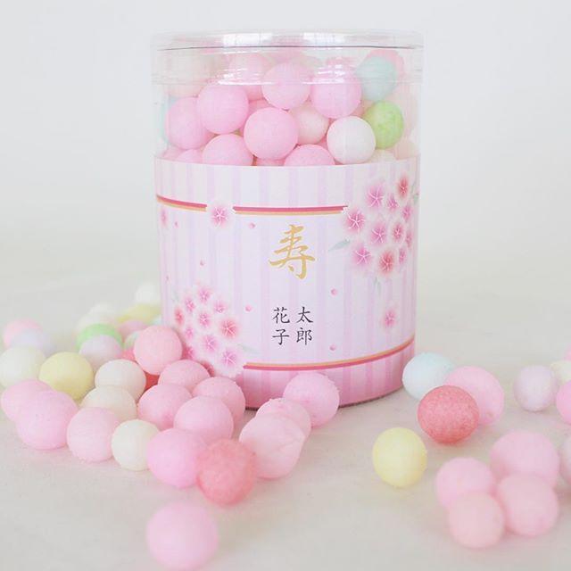 【mitoyomarche】さんのInstagramをピンしています。 《春の結婚式に♡期間限定の桜デザインのおいり 人気の「ぼたん桜」は鞠のような桜がふわふわと舞う可愛らしいデザイン(*´˘`*) 和装ウェディングにぴったりです♡ その他のデザインはプロフィールのURL または「みとよマルシェ 桜デザイン」で検索⑅◡̈* #おいり #花嫁おいり #桜デザイン #桜 #春デザイン #さくら #sakura #ぼたん桜 #牡丹桜 #鞠 #名前入りプチギフト #結婚式 #ウェディング #結婚式準備 #日本中のプレ花嫁さんと繋がりたい #プレ花嫁 #二次会 #wedding #weddinggift #2017婚 #2017春婚 #2018春婚 #お取り寄せ #香川県 #うどん県 #うどん県それだけじゃない香川県 #三豊市 #讃岐のみとよマルシェ》