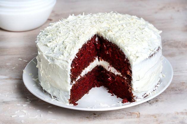 Για το κέικ Όλα τα υλικά πρέπει να είναι σε θερμοκρασία δωματίου. Προθερμαίνουμε το φούρνο στους 160ºC στον αέρα. Βουτυρώνουμε 2 ταψάκια 22 εκ. και…